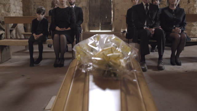 vidéos et rushes de mourners at funeral service in church - cercueil