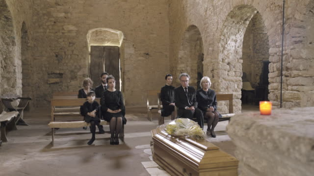 vidéos et rushes de mourners at funeral service in church - christianisme
