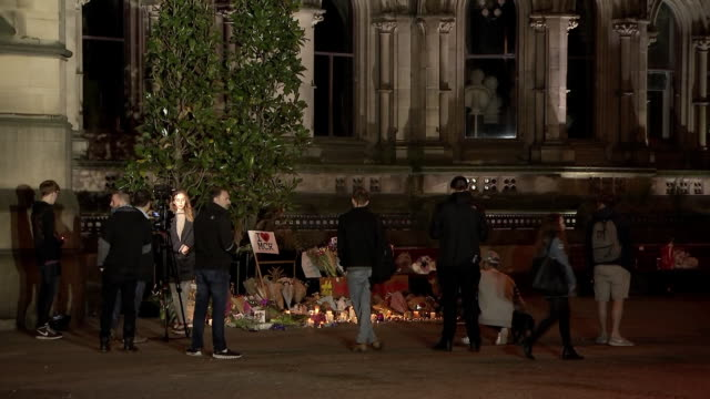 mourners gather around a makeshift memorial outside the manchester arena the day after a suicide bombing that occurred on may 22, 2017 during an... - (war or terrorism or election or government or illness or news event or speech or politics or politician or conflict or military or extreme weather or business or economy) and not usa stock videos & royalty-free footage