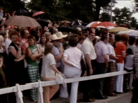 mourners gather at graceland following death of elvis presley 1977 - trauernder stock-videos und b-roll-filmmaterial