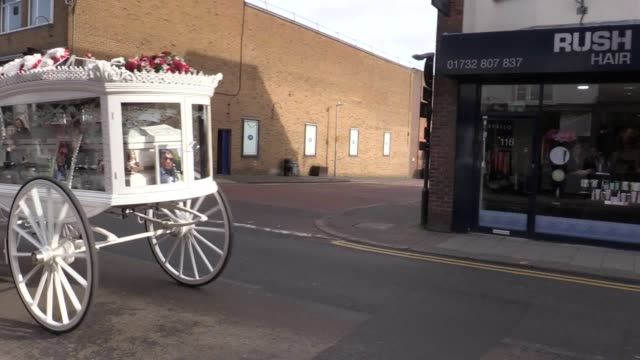 mourners gathered on sevenoaks high street to watch the horse-drawn procession saying goodbye to twin brothers billy and joe smith, who starred in my... - baptist bildbanksvideor och videomaterial från bakom kulisserna