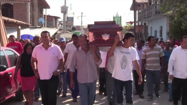 vídeos y material grabado en eventos de stock de mourners in mexico carry the coffin of priest ivan anorve the day after he was killed along with a fellow vicar and a primary school teacher during... - sacerdote