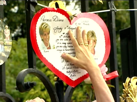 vídeos de stock e filmes b-roll de mourners leaving mementos to princess diana of wales outside kensington palace after her fatal car accident / london england - figura feminina