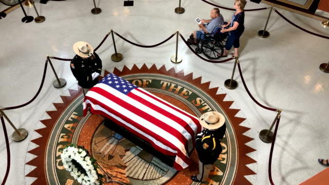 stockvideo's en b-roll-footage met mourners pay their respects to the late sen john mccain as his body lies in state at the arizona state capitol on august 29 2018 in phoenix arizona - opgebaard liggen