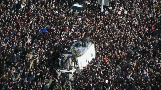 vídeos y material grabado en eventos de stock de mourners surround the coffins of iranian general qassem soleimani and others killed in the u.s. airstrike during a funeral ceremony in tehran, iran,... - venganza