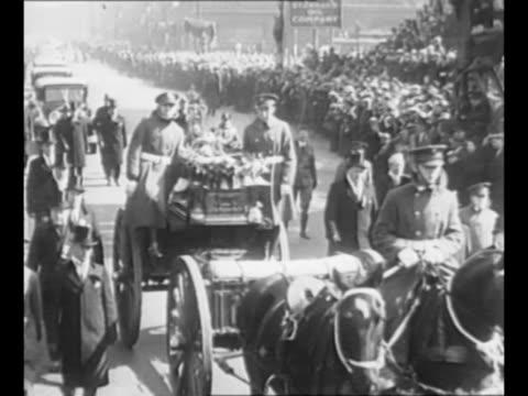 vídeos y material grabado en eventos de stock de mourners walk at funeral procession in chicago for slain mayor anton cermak; many american flags are in the group / cermak's coffin on caisson /... - tracción de caballos