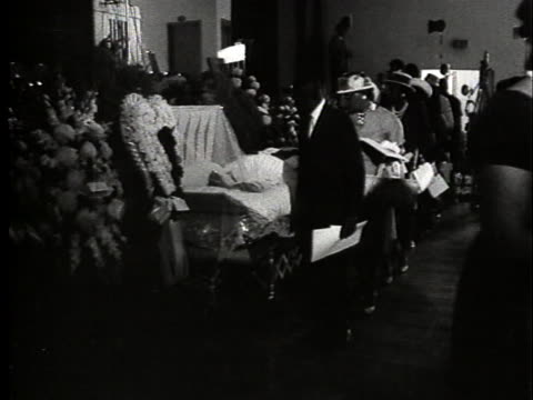 mourners walk past medgar evers' casket at his funeral. - アメリカ公民権運動点の映像素材/bロール