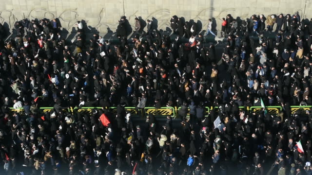 vídeos y material grabado en eventos de stock de mourners walk towards the coffins of iranian general qassem soleimani and others killed in the u.s. airstrike during a funeral ceremony in tehran,... - venganza