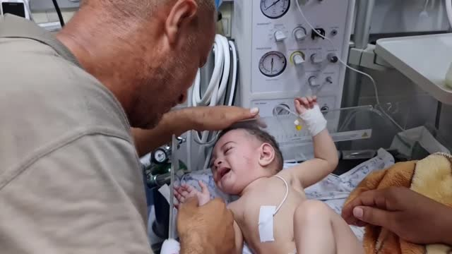 mournful palestinian father who lost four children in the latest israeli attacks on gaza defended that there could be no reason to justify killing... - striscia di gaza video stock e b–roll