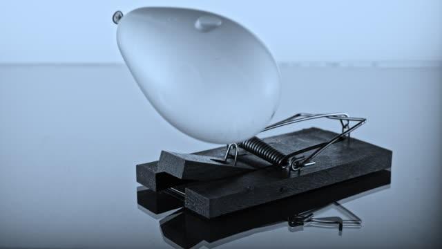 vídeos de stock e filmes b-roll de slo mo ld mouse trap popping a water balloon - bomba de água equipamento