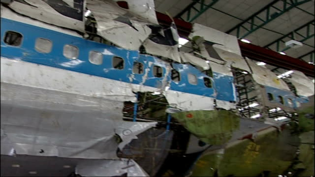 vídeos y material grabado en eventos de stock de moussa koussa defection to uk; farnborough airport: int wreckage of pan am flight 103 aircraft re-assembled in aircraft hangar - abandonar