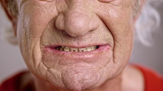stockvideo's en b-roll-footage met mond van een razende senior blanke man - tanden op elkaar klemmen