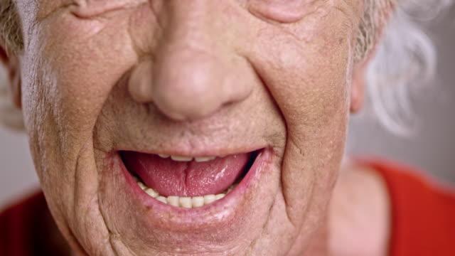 stockvideo's en b-roll-footage met mond van een senior blanke man schreeuwen van woede - tanden op elkaar klemmen