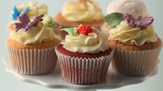 stockvideo's en b-roll-footage met move in on cupcakes - middelgrote groep dingen