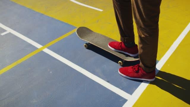 stockvideo's en b-roll-footage met beweeg met je hart niet je voeten - skateboardpark