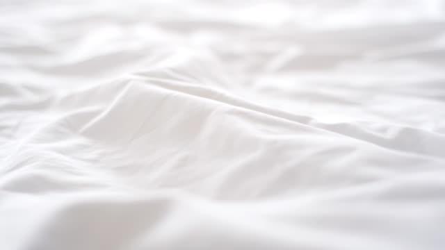 vidéos et rushes de mouvement de la chambre à coucher - brightly lit