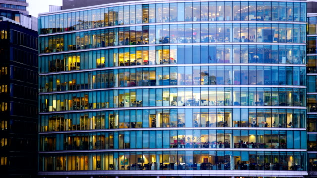 bewegung von geschäftsmann treffen, büro business-gebäude in london, england-timelapse - gebäudefront stock-videos und b-roll-filmmaterial