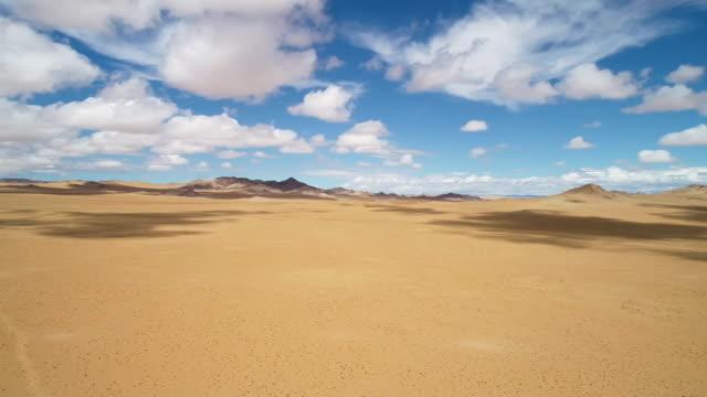 vidéos et rushes de movement of the desert sand in the gobi valley. - désert de gobi