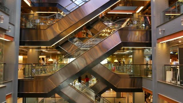 vídeos de stock, filmes e b-roll de movimento de subir e descer escadas rolantes - steps and staircases