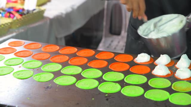 4 k 映画クローズ アップ撮影タイの料理屋台コール東京揚げデザート屋台の食べ物で - カスタードクリーム点の映像素材/bロール