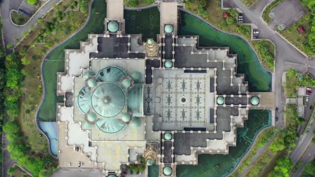 4k 映画ドローンフライ overfederal モスクまたはウィラーヤモスク、クアラルンプール、マレーシア - 丸屋根点の映像素材/bロール