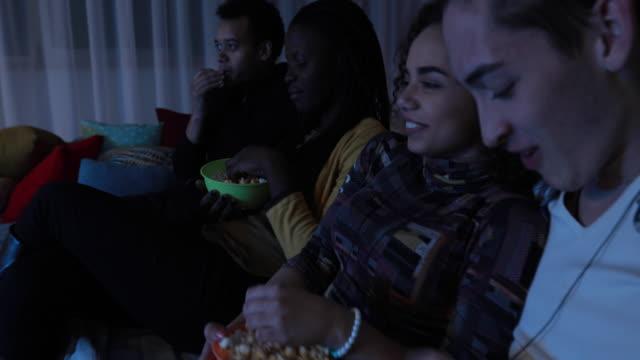 vídeos de stock, filmes e b-roll de noite de cinema - programa de televisão