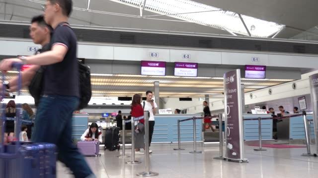 vídeos y material grabado en eventos de stock de 4k película de personas caminando en el aeropuerto de tan son nhat international, el aeropuerto más grande en la ciudad de ho chi minh, vietnam. - inmigrante