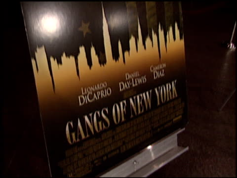 movie poster at the 'gangs of new york' premiere at dga in los angeles, california on december 17, 2002. - ギャング・オブ・ニューヨーク点の映像素材/bロール