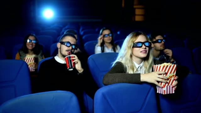 vídeos de stock, filmes e b-roll de estreia de filme 3d - óculos de terceira dimensão