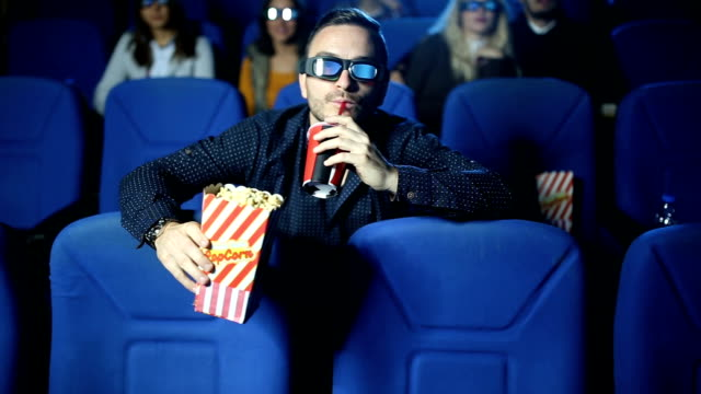 vídeos de stock, filmes e b-roll de estreia do filme - óculos de terceira dimensão