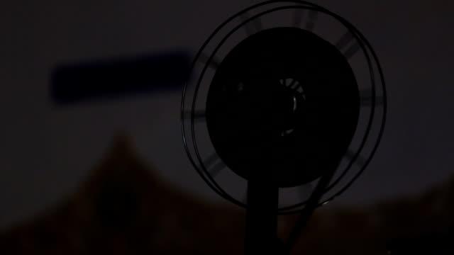 proiettore cinematografico - proiezione evento pubblicitario video stock e b–roll