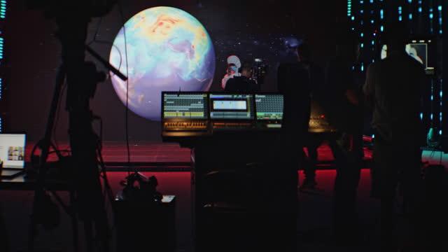 vídeos de stock e filmes b-roll de movie set in silhouettes. large screen with projection in background - montagem de filme estúdio de cinema