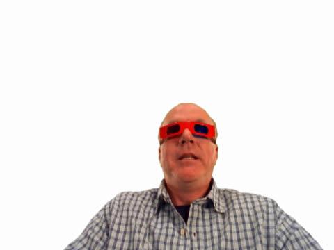 vídeos de stock, filmes e b-roll de moviegoer with red 3-d glasses - óculos de terceira dimensão