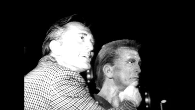 vídeos de stock e filmes b-roll de / movieland wax museum / kirk douglas gets out of car to waiting fans and press / douglas looks around museum followed by crowd / douglas sees wax... - kirk douglas actor