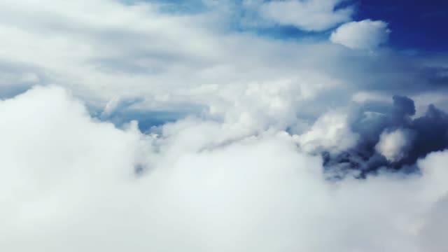 vídeos de stock e filmes b-roll de moving above clouds - paisagem com nuvens