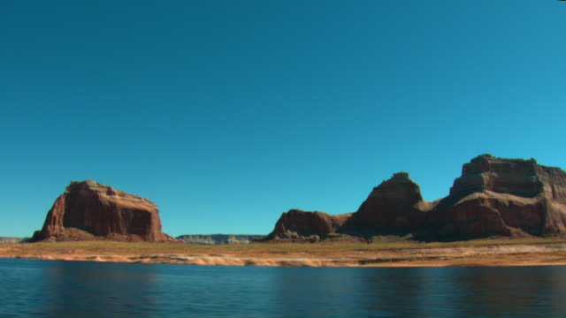 vídeos de stock e filmes b-roll de side pov, moving along lake powell shoreline, glen canyon national recreation area, utah, usa - lago powell