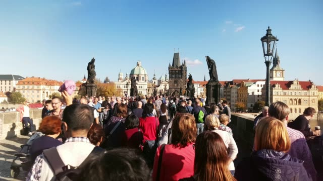 vídeos de stock, filmes e b-roll de moving among tourists on charles bridge in prague - stabilized shot