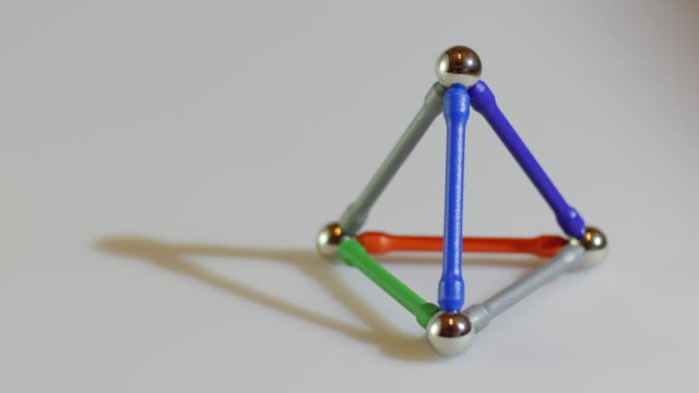 vídeos de stock, filmes e b-roll de moving around triangle geometry structures - triângulo formato bidimensional