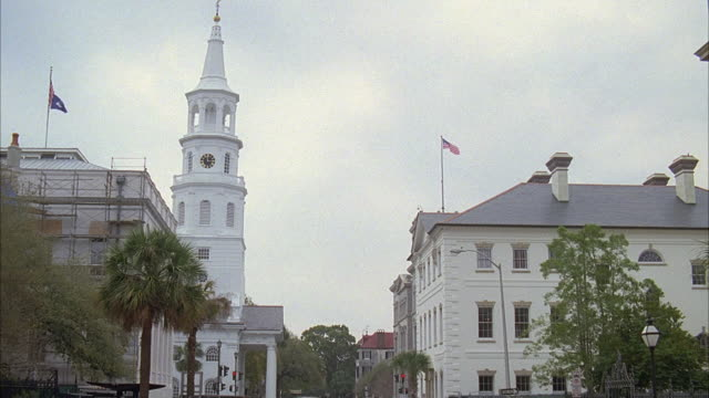 vidéos et rushes de rpov moving away from st. michael's church steeple and surrounding buildings / charleston, south carolina, united states - charleston