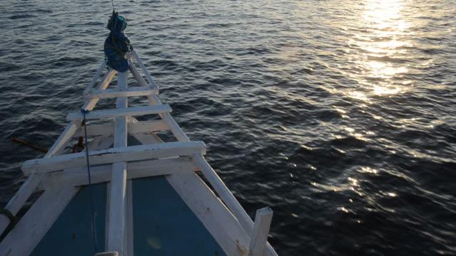 ボートでの移動の日没 - フロレス点の映像素材/bロール