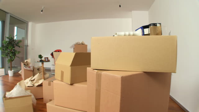 hd: moving boxen in neues zuhause - groß stock-videos und b-roll-filmmaterial