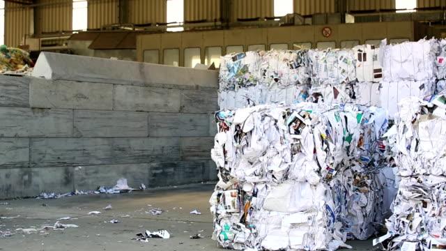 vidéos et rushes de camion de paquets de papier déchets dans un centre de recyclage - document