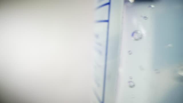 moving camera tracking shot von ultra macro close-up shot von blasen in gel hand sanitizer mit alkohol und aloe vera, um die ausbreitung von covid sars ncov 19 coronavirus schweinegrippe h7n9 influenza-krankheit während der kalten und grippe-saison zu ver - wasserpumpanlage stock-videos und b-roll-filmmaterial