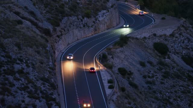 vídeos y material grabado en eventos de stock de moving car and truck lights circulating along a road of mountain with circular curves closed in the night. - ruta de montaña