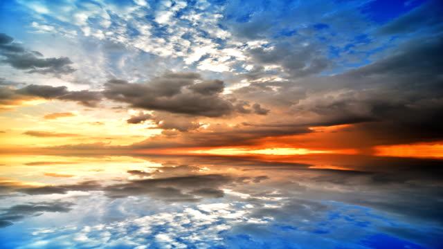 夕暮れの移動する雲の反射表面