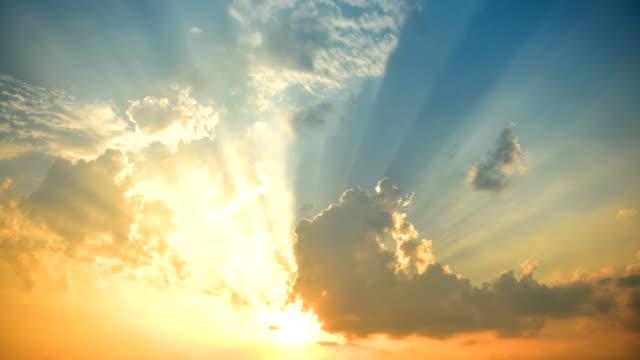 日没時間の経過 4 K で雲を移動