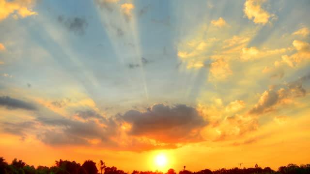 bewegende wolke bei sonnenuntergang (hdr) time lapse - high dynamic range imaging stock-videos und b-roll-filmmaterial