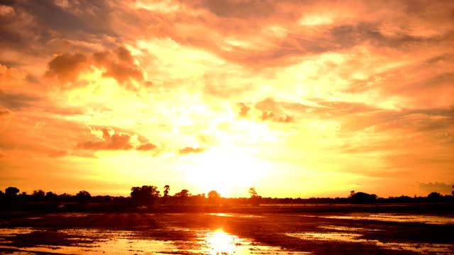 vídeos de stock, filmes e b-roll de movendo nuvens de lapso de tempo do pôr-do-sol - overcast