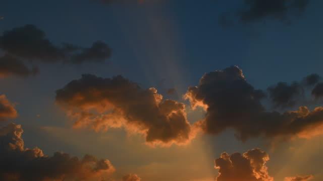 Bewegte Wolken bei Sonnenuntergang (Zeitraffer)