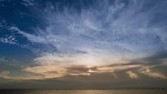 vídeos de stock, filmes e b-roll de movendo nuvens no pôr-do-sol - overcast